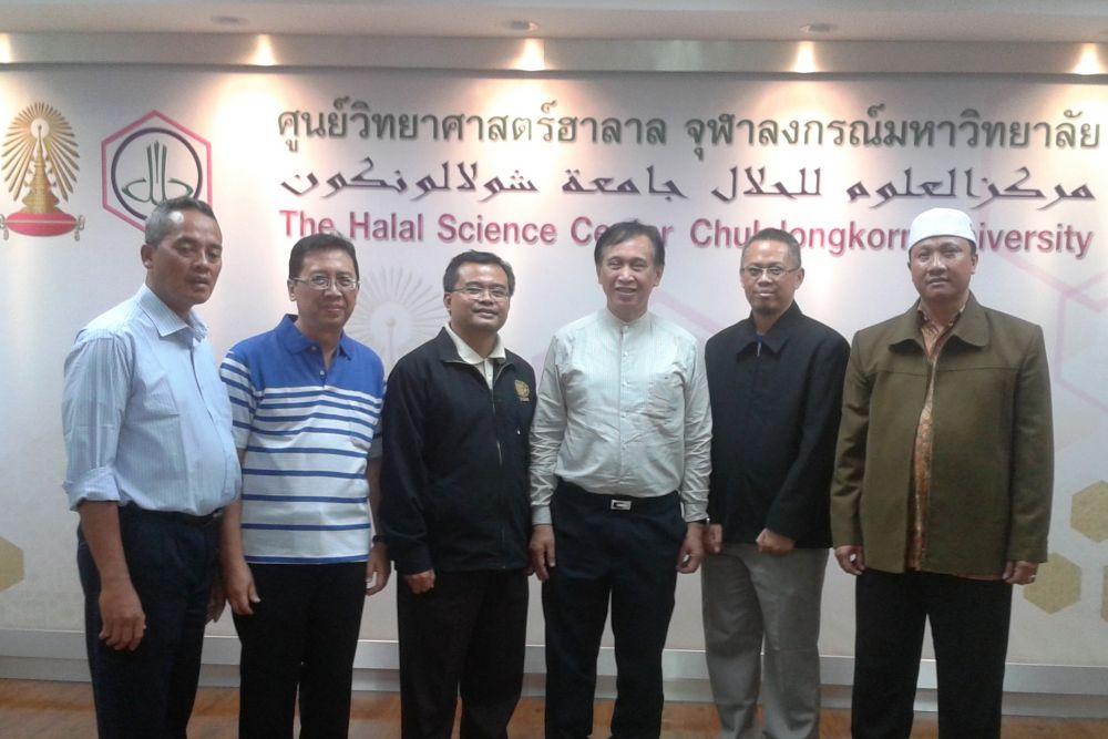 Winai Dahlan (tiga dari kanan) dan Nashrul Hakiem Pengurus PCIM (dua dari kanan)